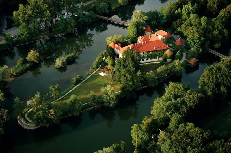 Otočec Castle Golf Course offers pitch-and-putt practice facilities, a driving range and a pitch-and-putt course, a putting green for practising and a putting green with a bunker.