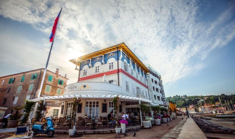 Featuring a seafront location in historic Piran town center, Hotel Piran features a restaurant and a spa and wellness center.