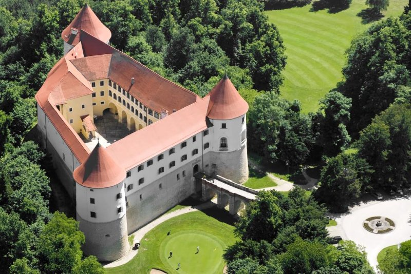 The golf course Mokrice is placed in the mountainous and green landscaping of Dolenjska and veiled in a quiet castle park.