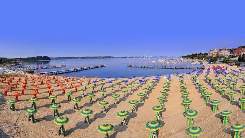 Portorose beach. Portorož's main beach, a twisted blend of sand, grass, and concrete, is really clean and well kept, with lifeguards on the coast and several services offered, such as parasols and sunbeds for rent